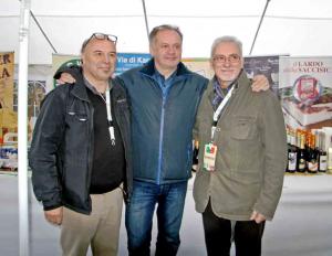 Každý sa chcel odfotiť s prezidentom Andrejom Kiskom, ktorý sa v sobotu večer prešiel mestom. Vpravo zakladateľ medzinárodnej siete Wigwam Efrem Tassinati.