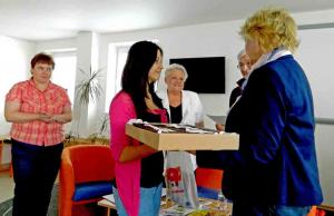 Zľava Anna Ottová, Dominika Liptáková, šéfredaktorka Švaška preberá hlavnú cenu, čokoládovú tortu od Anny Balejovej, riaditeľky Podtatranskej knižnice.