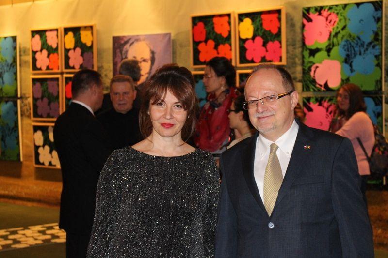 Riaditeľka MMUAW Ľudmila Štecová s veľvyslancom SR v Rumunsku Jánom Gáborom. (1)