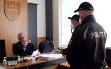 FOTO: Zvolenský sudca pojednával bez respirátora. Zasahujúcich policajtov  si provokačne natáčal | Noviny.sk